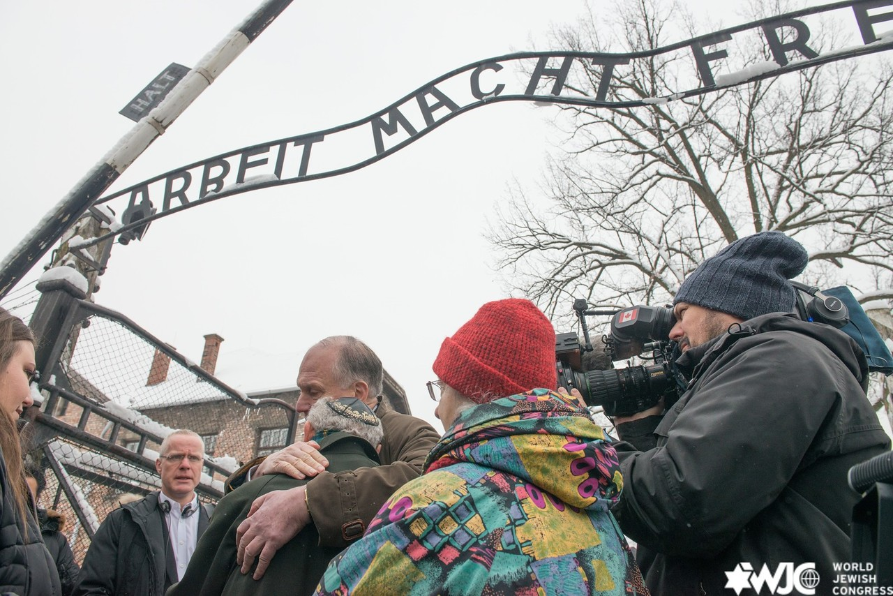 WJC President Ronald S. Lauder and survivors of Auschwitz stand together at the gate of the camp, 70 years after liberation. 26 January 2015. (c) Shahar Azran