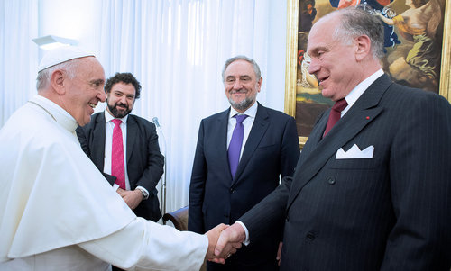 Pope Francis shaking hands with WJC President Ronald S. Lauder, with WJC CEO Robert Singer (r) and the WJC representative to the Vatican, Claudio Epelman, looking on