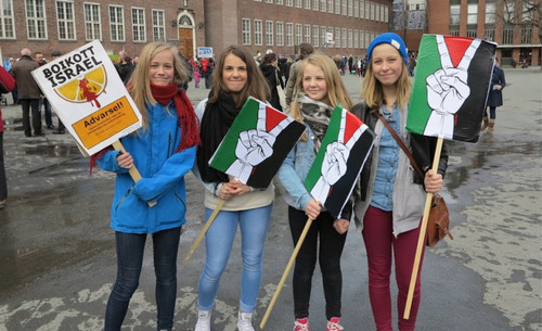 Girls at a 2013 protest against Israel in Trondheim, Norway